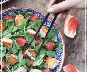 Sałatka z łososiem w sezamie i grapefruitem