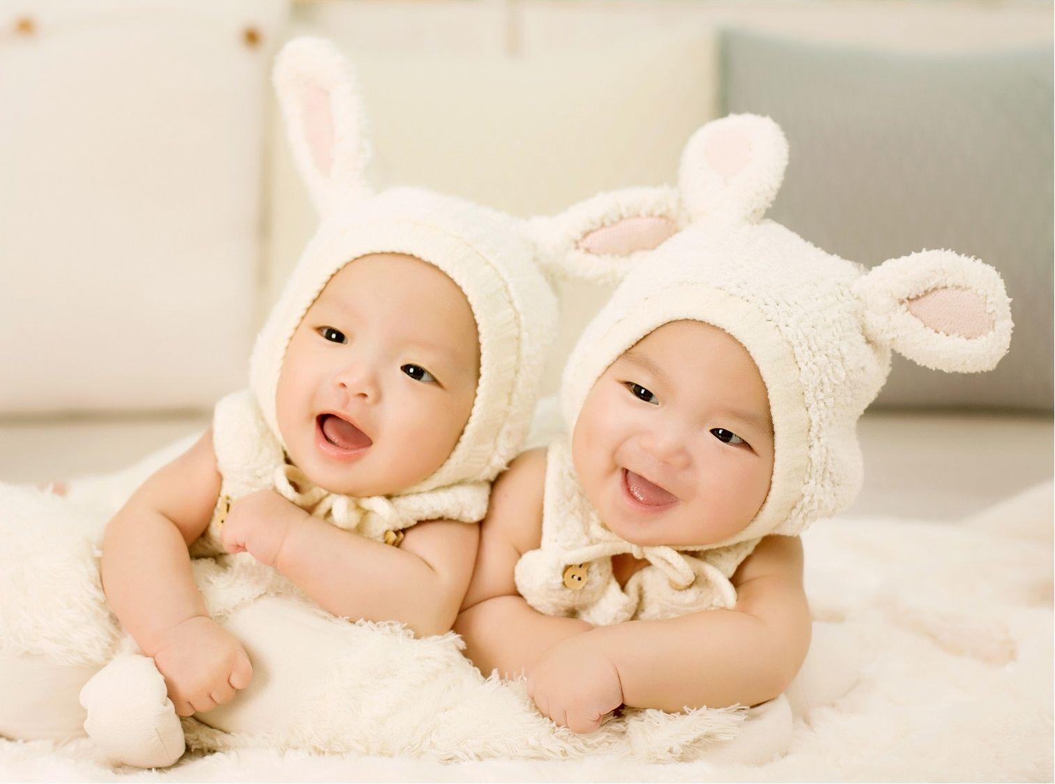 dzieci w czapeczkach